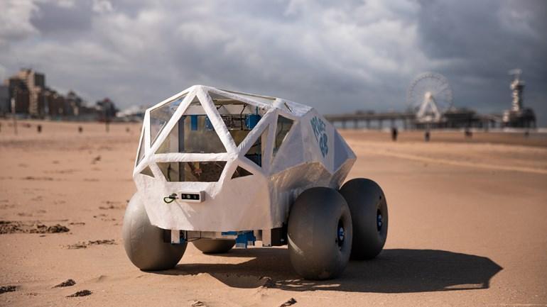 [Посмотрите] на робота, который собирает окурки на пляже