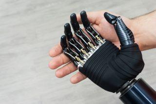Новые российские киберпротезы рук могут работать с сенсорными экранами